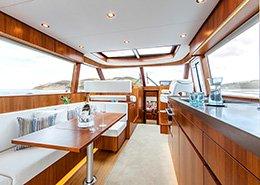 Interieur van een jacht met nieuwe horizon. Berebeeld beeldoptimalisatie voor Arthur op Zee nautische fotografie.