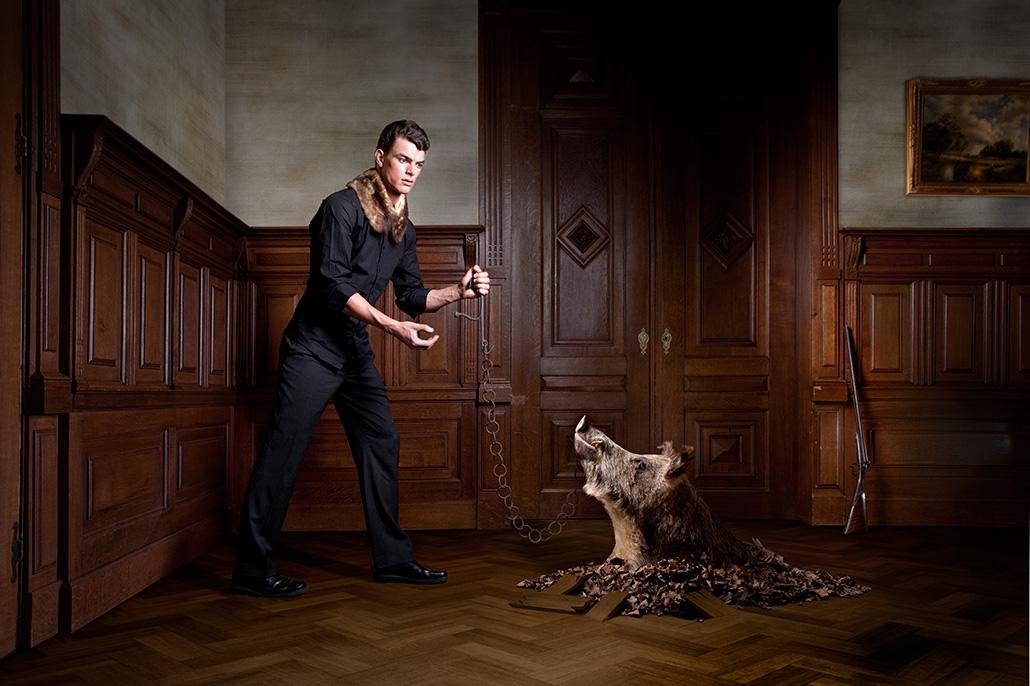 Man in kamer met zwijn. Berebeeld beeldmanipulatie voor Beeldkracht.