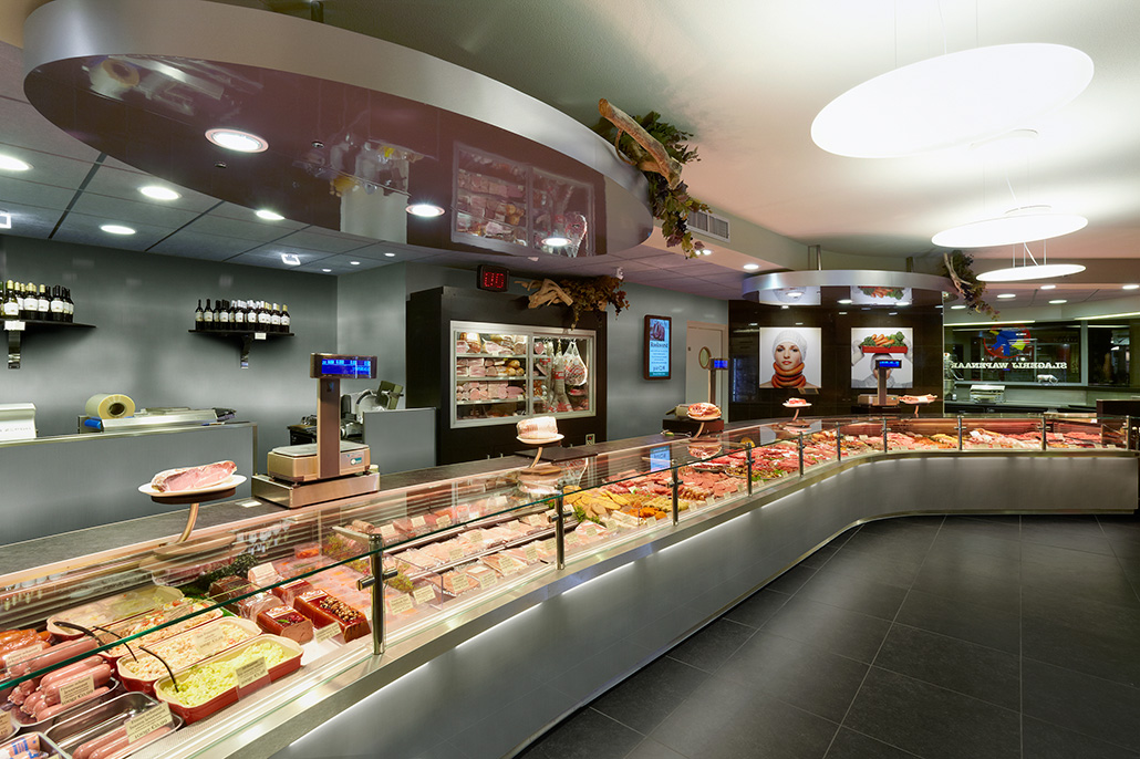 Interieur van een slagerswinkel, RVS-uitstraling. Berebeeld beeldmanipulatie voor HET bureau voor reclame.