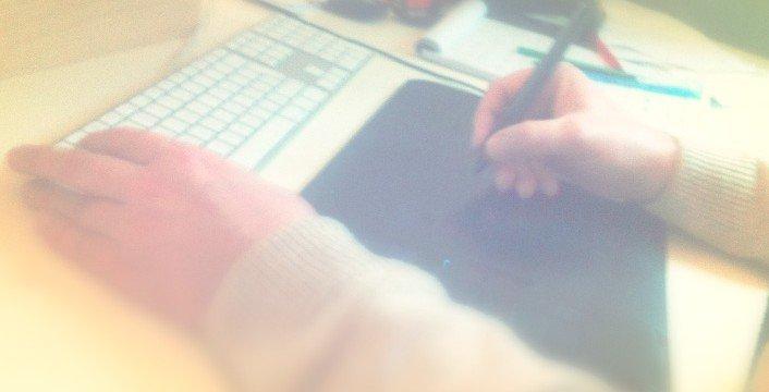 2 handen met toetsenbord en Wacom-tablet. Voor site Berebeeld, in goede handen.