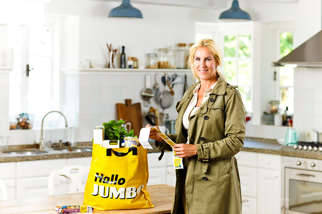 Vrouw in keuken met Jumbo tas. Berebeeld beeldretouche voor Nopoint Fotostudio | Jumbo.