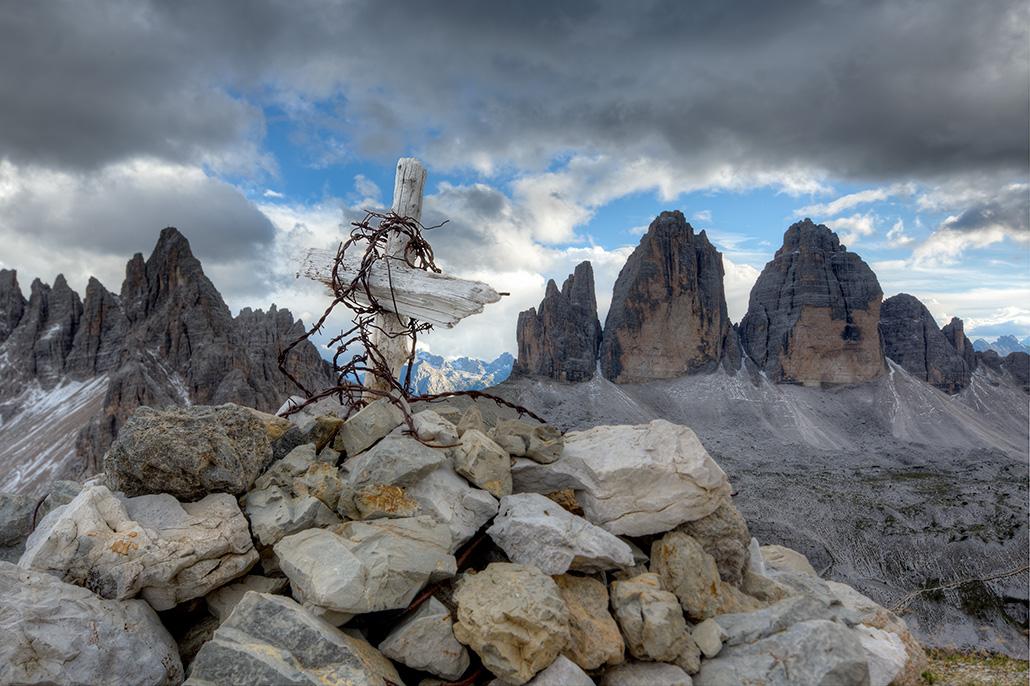 Top van een berg met houten kruis. Berebeeld beeldoptimalisatie voor Werner van Steen Photography.