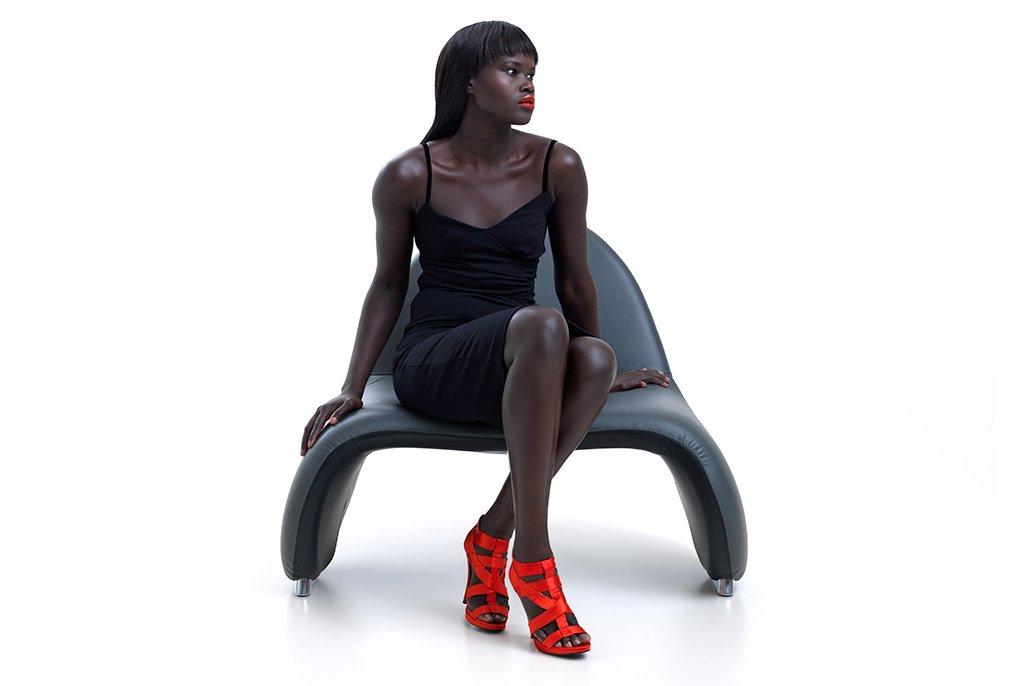 Vrouwelijk model op designstoel. Beeldretouche voor Frank Tielemans   Leolux.