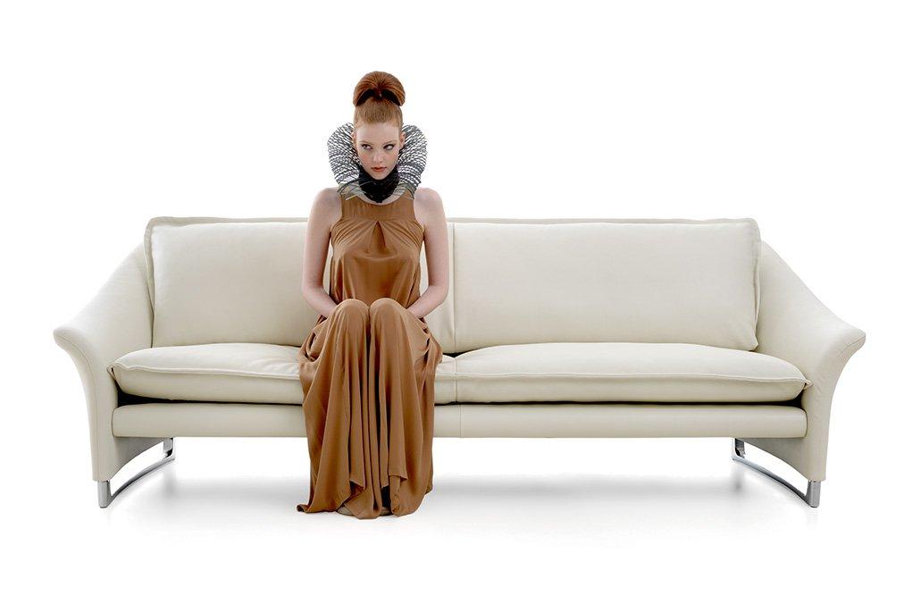 Vrouwelijk model op designbank. Beeldretouche voor Frank Tielemans   Leolux.