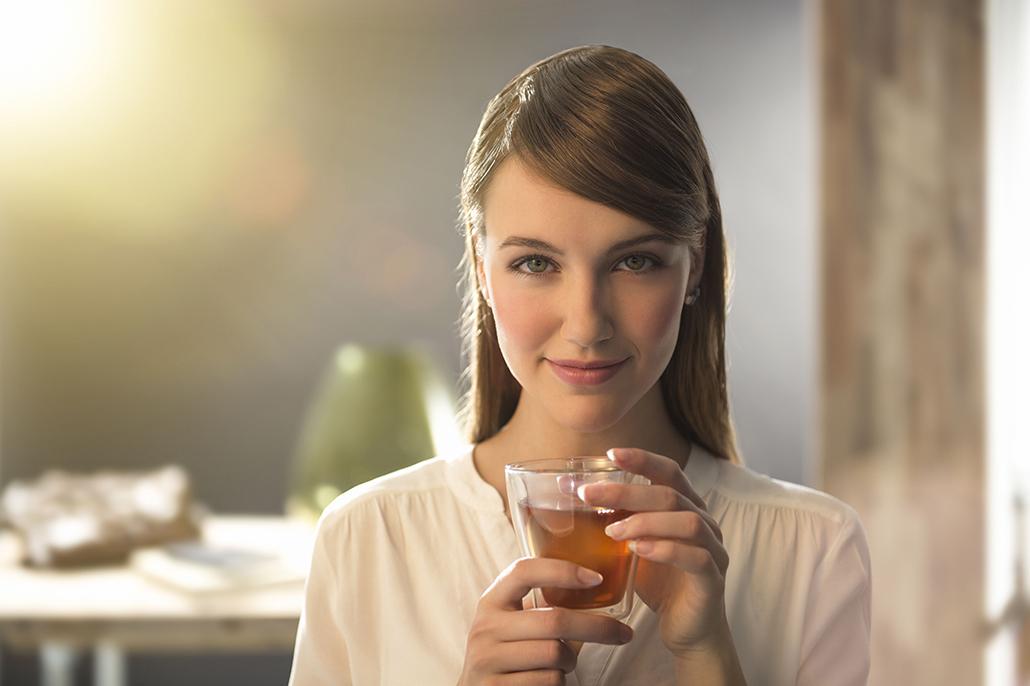 Meisje met glas thee in haar handen. Berebeeld beeldretouche voor Chuckstudios.