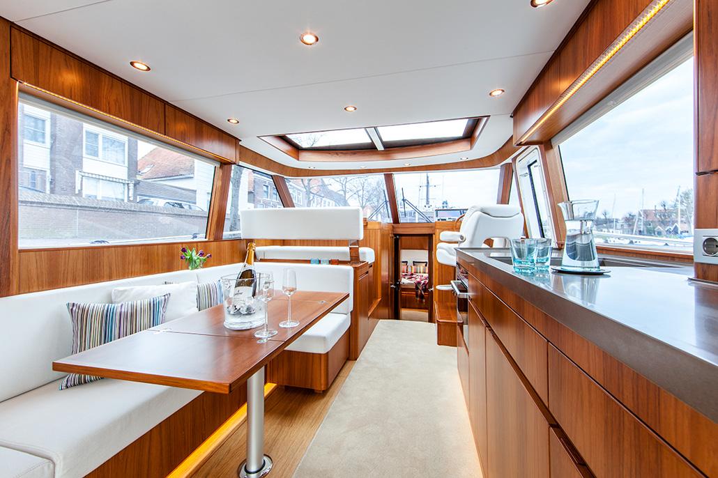 Interieur van een jacht. Berebeeld beeldoptimalisatie voor Arthur op Zee nautische fotografie.