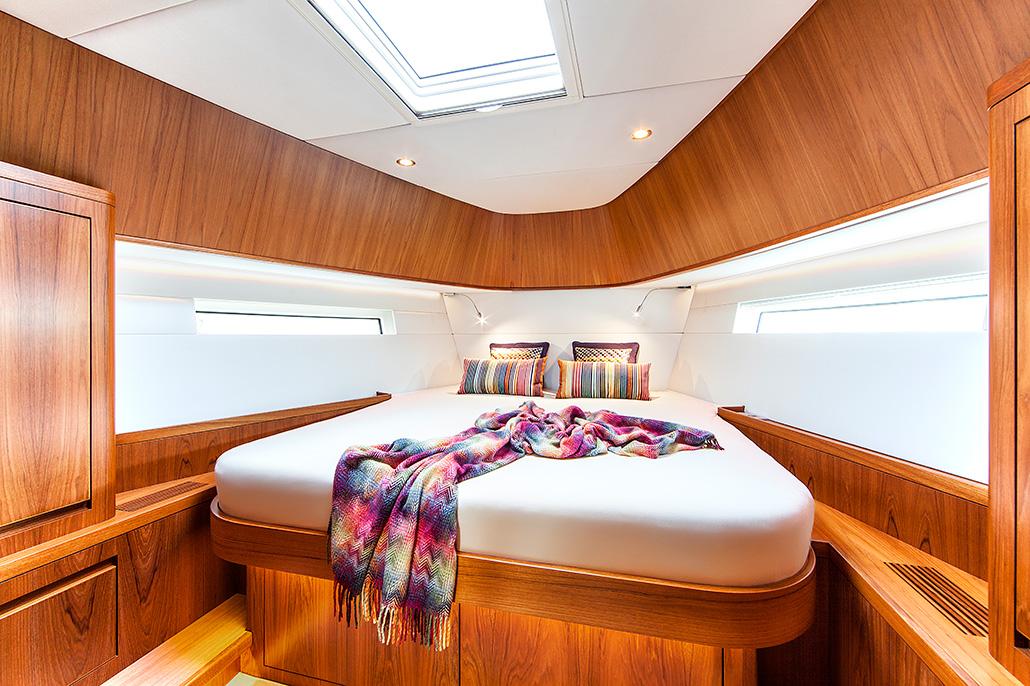 Interieur van een jacht, slaapkamer met 2 persoons bed. Berebeeld beeldoptimalisatie voor Arthur op Zee nautische fotografie.