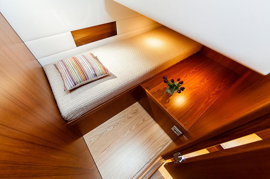 Interieur van een jacht, slaapkamer met bed. Berebeeld beeldoptimalisatie voor Arthur op Zee nautische fotografie.