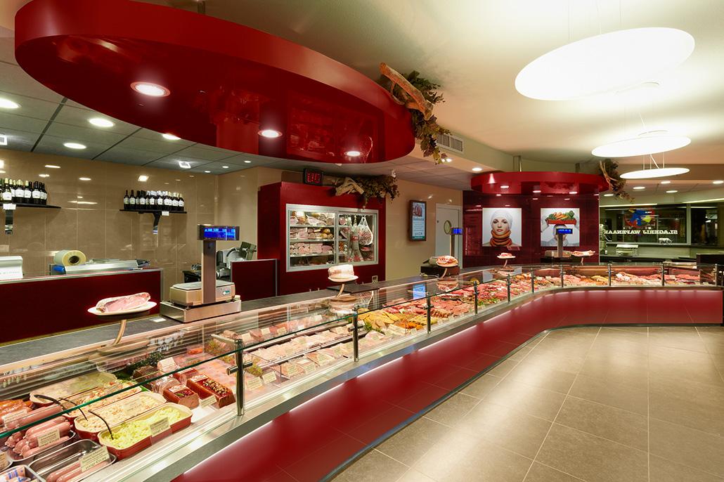 Interieur van een slagerswinkel, rode kleur-uitstraling. Berebeeld beeldmanipulatie voor HET bureau voor reclame.