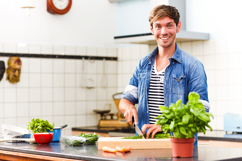 Man in keuken aan het koken. Berebeeld beeldretouche voor Nopoint Fotostudio | Jumbo.