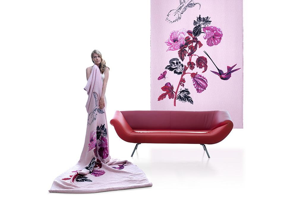 Vrouwelijk model gehuld in kleed voor design-bank. Beeldretouche voor Frank Tielemans | Leolux.