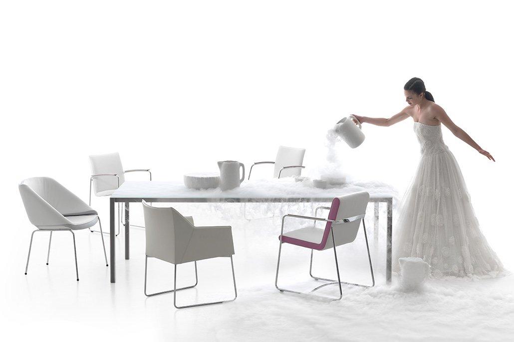 Vrouwelijk model naast design-meubelen. Beeldretouche voor Frank Tielemans | Leolux.