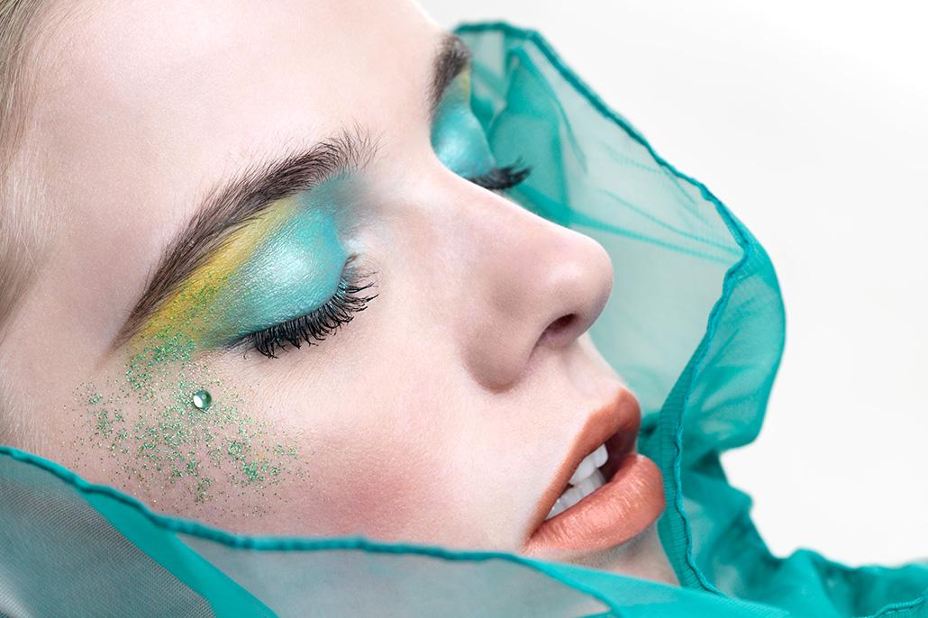 Vrouwelijk model met gesloten ogen. Beeldretouche voor Frank Tielemans | Leolux.