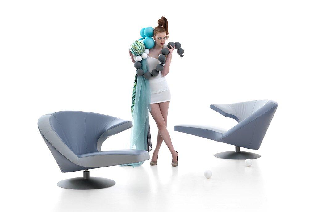 Vrouwelijk model staan tussen designstoelen. Beeldretouche voor Frank Tielemans | Leolux.