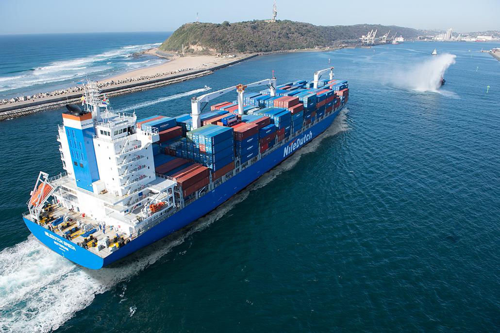 Containerschip dat de haven van Durban binnenvaart. Gefotografeerd door Andrew Walkinshaw, geretoucheerd door Berebeeld digitale beeldbewerking.
